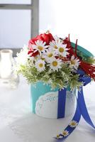 ターコイズブルーのボックスに入った赤いアネモネと白いマーガレットのアーティフィシャルフラワー 10405000792| 写真素材・ストックフォト・画像・イラスト素材|アマナイメージズ