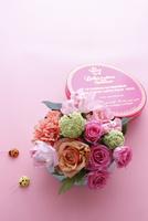 丸いボックスに入った色とりどりのお花とてんとう虫の飾り 10405000921| 写真素材・ストックフォト・画像・イラスト素材|アマナイメージズ