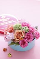 丸いボックスに入った色とりどりのお花とてんとう虫の飾り 10405000929| 写真素材・ストックフォト・画像・イラスト素材|アマナイメージズ