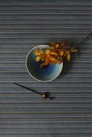 青い和皿に乗せたランの花と黒いかんざし 10405000949| 写真素材・ストックフォト・画像・イラスト素材|アマナイメージズ