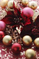 ポインセチアとクリスマスオーナメント 10405001067| 写真素材・ストックフォト・画像・イラスト素材|アマナイメージズ