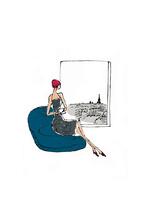 パリの風景が見える窓の側で椅子に座る女性