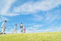 丘を歩く日本人三世代家族 10417000423| 写真素材・ストックフォト・画像・イラスト素材|アマナイメージズ
