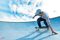 スケートボードに乗る男性