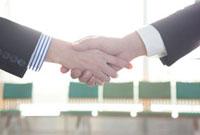 握手するビジネスピープルの手元