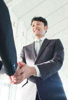 握手する笑顔のビジネスマン