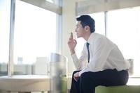 喫煙所で喫煙するビジネスマン