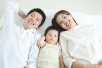 寄り添う日本人家族 10417003613| 写真素材・ストックフォト・画像・イラスト素材|アマナイメージズ