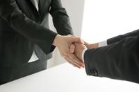 握手するビジネスウーマンとビジネスマン