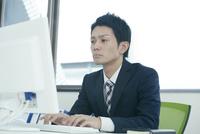 パソコンで作業するビジネスマン