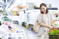 スーパーで買い物をする笑顔の女性