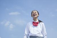 青空と笑顔の女子中学生