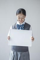 メッセージボードを持つ女子学生