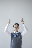 メッセージボードを持つ笑顔の女子学生