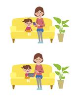 タブレット・スマートフォンを使うお母さんと娘