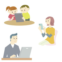 パソコン・スマートフォン・タブレットを使う家族