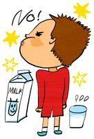 牛乳を前にNO!と横を向く少年 10424000082| 写真素材・ストックフォト・画像・イラスト素材|アマナイメージズ