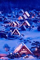 白川郷合掌造り集落のライトアップ 10428000291| 写真素材・ストックフォト・画像・イラスト素材|アマナイメージズ