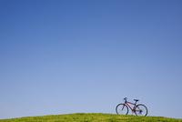 赤い自転車と青空
