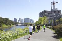 皇居外周道路をジョギングする人々
