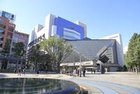 池袋駅西口公園と東京芸術劇場