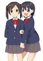 腕を組む二人の女子生徒