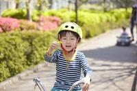 自転車の練習 10445002626| 写真素材・ストックフォト・画像・イラスト素材|アマナイメージズ