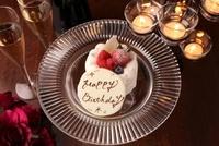 バースデーケーキとキャンドル 10455000226| 写真素材・ストックフォト・画像・イラスト素材|アマナイメージズ