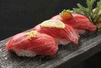 和牛の寿司 10455000382| 写真素材・ストックフォト・画像・イラスト素材|アマナイメージズ