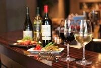 ワインバールに並ぶワインと料理