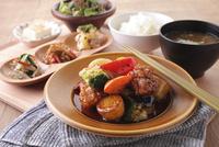 若鶏と季節野菜の黒酢あん定食 10455001485| 写真素材・ストックフォト・画像・イラスト素材|アマナイメージズ