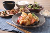 ぷりぷり海老と季節野菜のチリマヨ定食 10455001487| 写真素材・ストックフォト・画像・イラスト素材|アマナイメージズ
