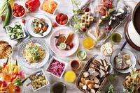 サラダとデザートビュッフェのイメージ 10455002544| 写真素材・ストックフォト・画像・イラスト素材|アマナイメージズ