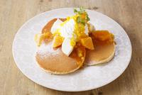 たっぷりマンゴーとレアチーズのパンケーキ 10455002634| 写真素材・ストックフォト・画像・イラスト素材|アマナイメージズ