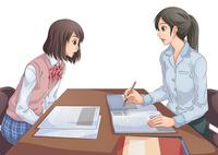 面談中の女性教師と女子学生