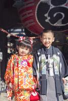 和服の兄妹 10459000159| 写真素材・ストックフォト・画像・イラスト素材|アマナイメージズ