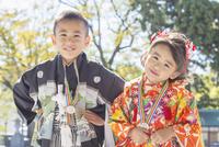 和服の兄妹 10459000162| 写真素材・ストックフォト・画像・イラスト素材|アマナイメージズ