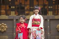 七五三の姉妹 10459000179| 写真素材・ストックフォト・画像・イラスト素材|アマナイメージズ