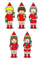 クリスマスの衣装を着てハンドベルを演奏する子供たち
