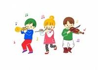 楽器を演奏するこどもたち