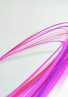 大きくカーブを描き手前に向かってくる赤・ピンク色のライン
