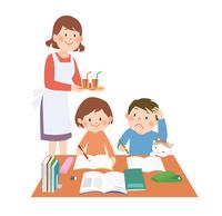 勉強をする子供にジュースを持ってきた母親