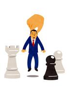大きな手に持ち上げられるビジネスマンとチェスの駒