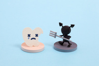 ペーパークイリングで作った歯と虫歯菌 10473000095| 写真素材・ストックフォト・画像・イラスト素材|アマナイメージズ