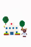 ペーパークイリングで作った病院とクマのお医者さん