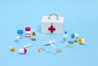 ペーパークイリングで作った救急箱と医療器具 10473000100| 写真素材・ストックフォト・画像・イラスト素材|アマナイメージズ