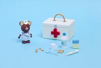 ペーパークイリングで作った救急箱と医療器具
