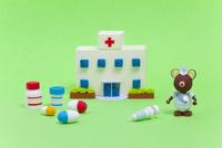 ペーパークイリングで作った病院とクマのお医者さん 10473000102| 写真素材・ストックフォト・画像・イラスト素材|アマナイメージズ