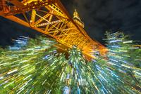東京タワーライトアップとクリスマスツリー 10480001428  写真素材・ストックフォト・画像・イラスト素材 アマナイメージズ