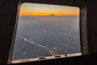 ヘリコプター窓から見る富士山と東京スカイツリー夕景